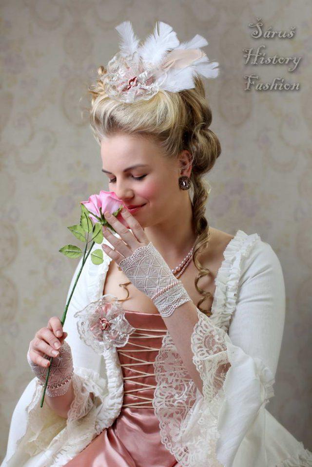 Bílé rokoko šaty