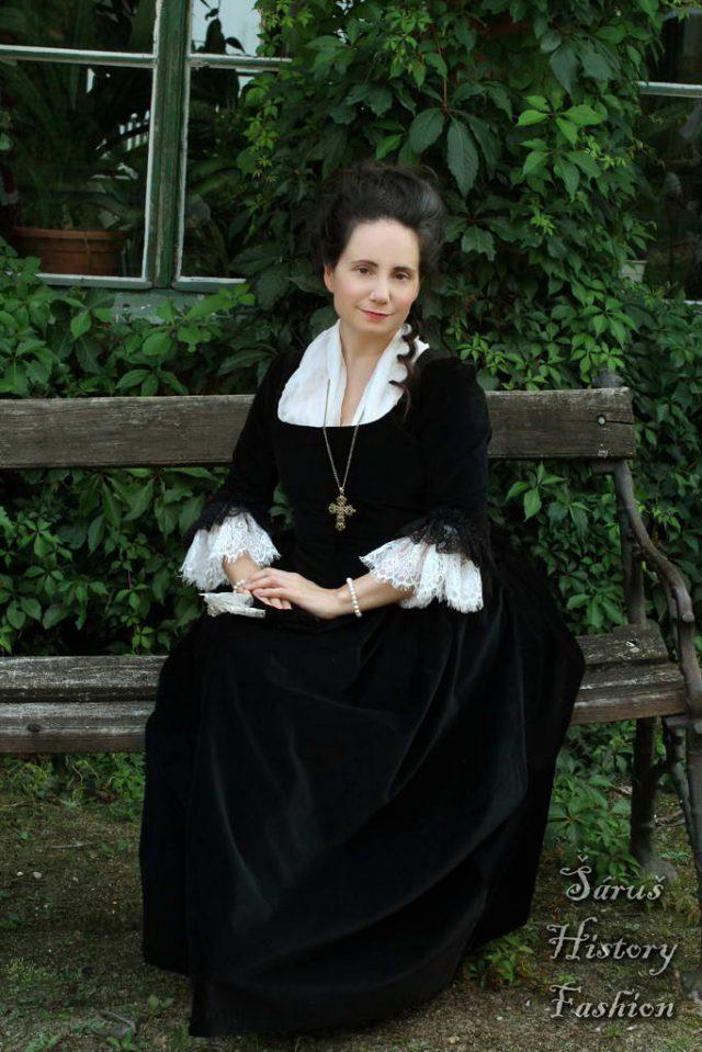 Černé sametové rokoko šaty