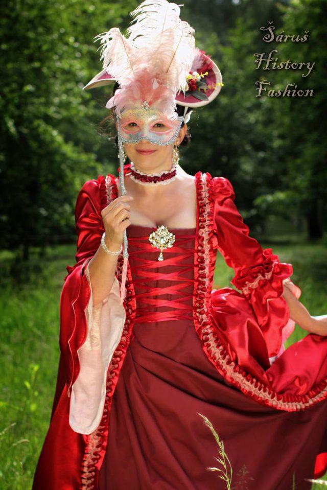 Červené saténové rokoko šaty