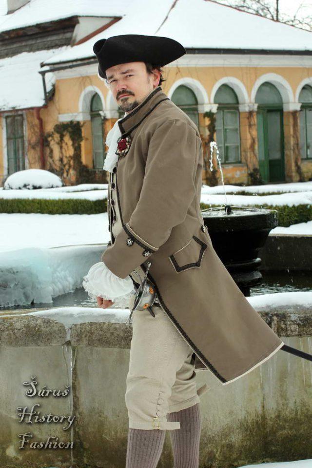 Hnědý pánský rokoko kabátec