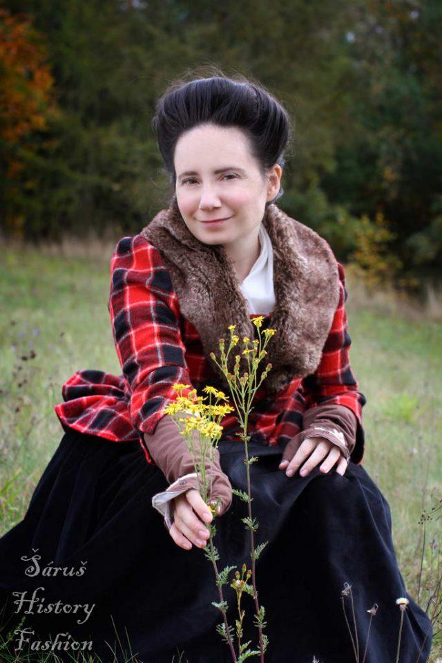 Kostkované červeno-černé rokoko šaty