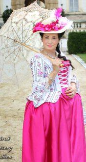 Bílé rokoko šaty s květy a proužky