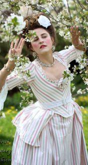 Proužkované bílo růžové šaty