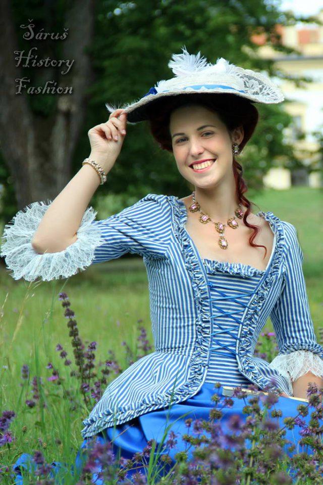 Proužkované modro-bílé šaty