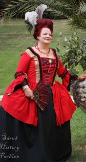 Červené rokoko šaty se zlatou krajkou
