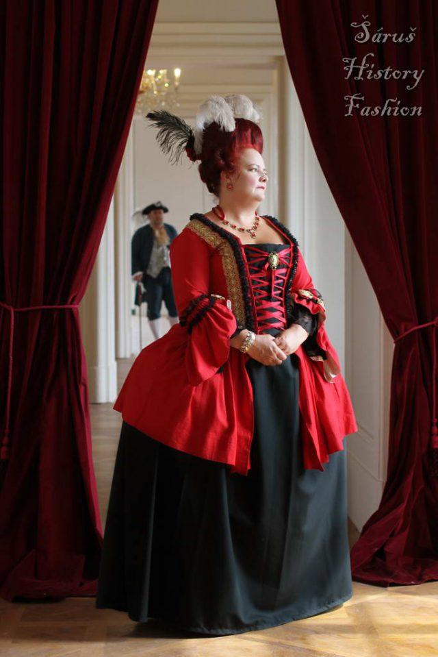 Červené rokoko šaty