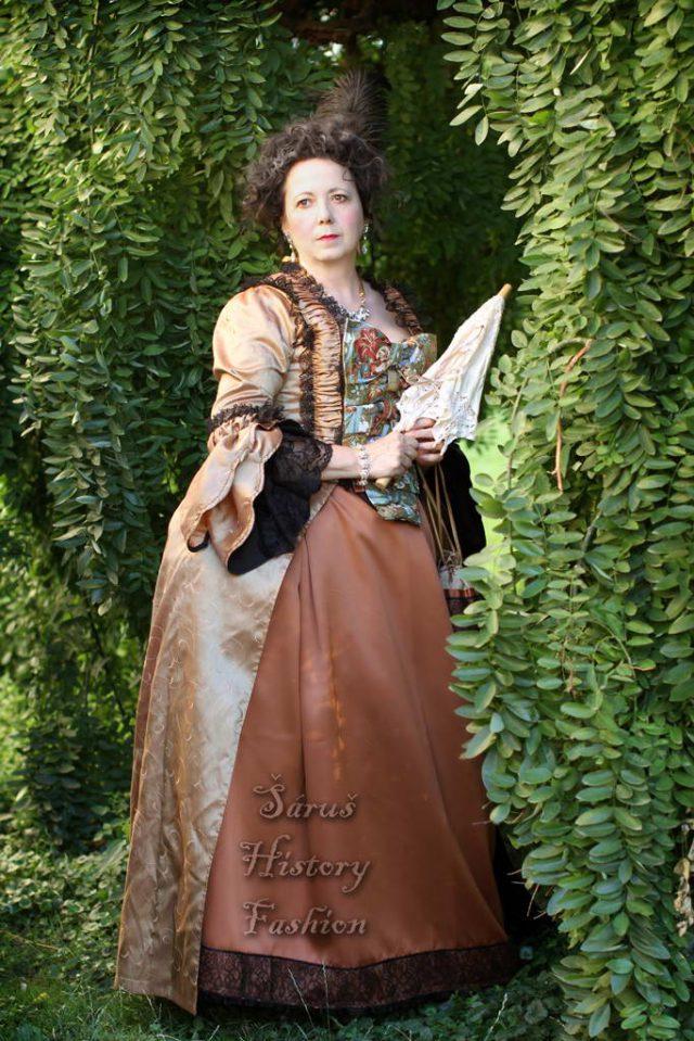 Karamelové rokoko šaty