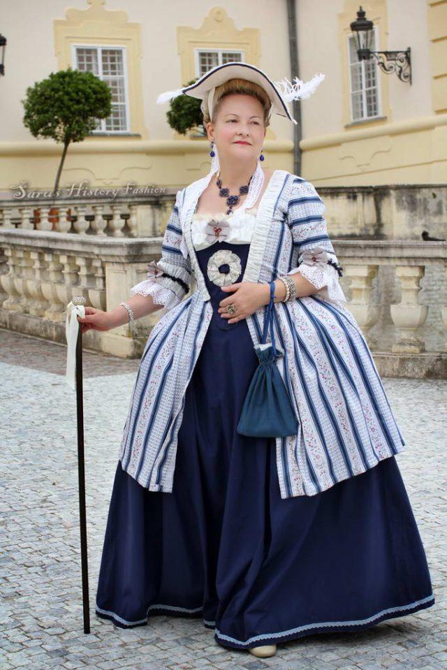 Robe a la Francaise s modrým pruhem