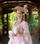 Světle růžové rokoko šaty