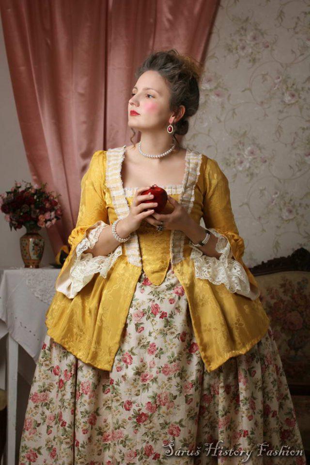Žluté Robe a la Francaise z brokátu