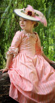 Růžové dívčí rokoko šaty