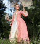 Růžové rokoko šaty s jemným proužkem