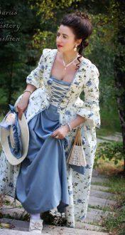 Květované rokoko šaty s modrými růžemi