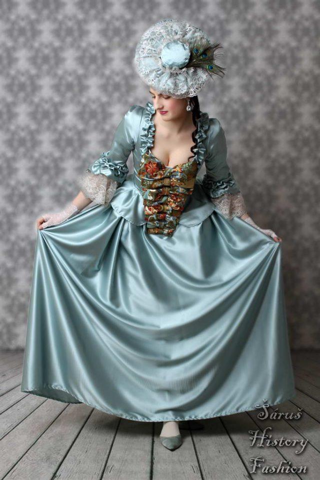 Světle zelené saténové rokoko šaty