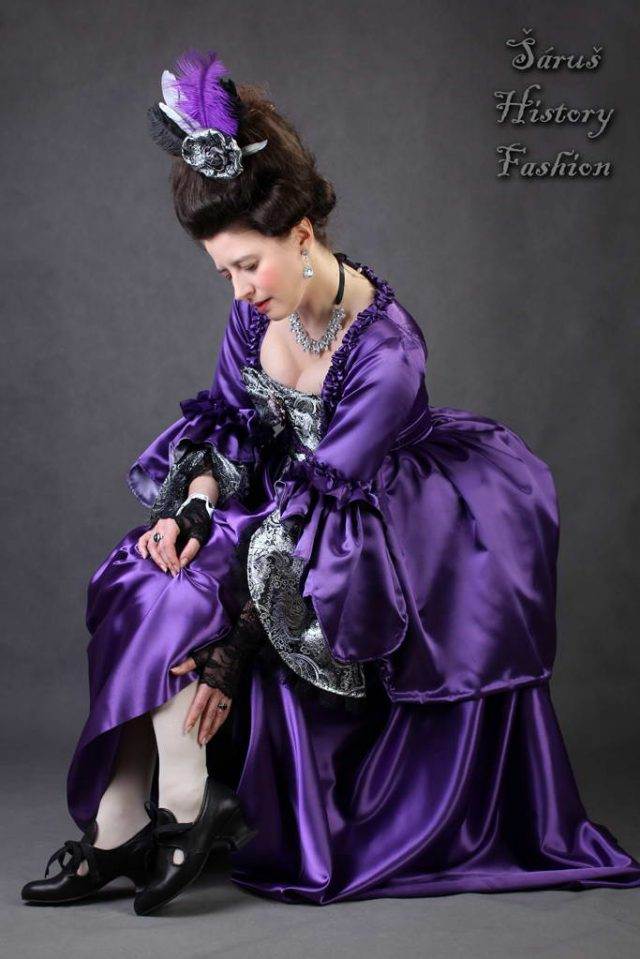 Tmavě fialové rokoko šaty
