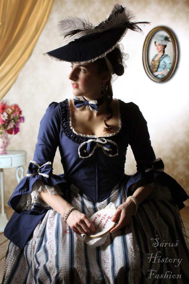 Tmavě modré rokoko šaty