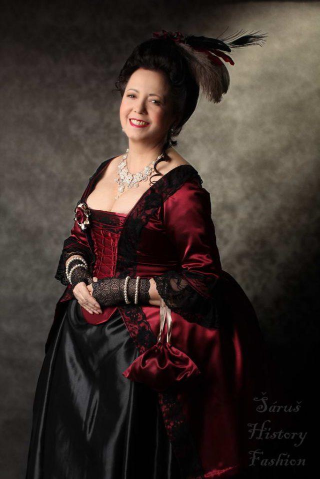 Vínové saténové rokoko šaty