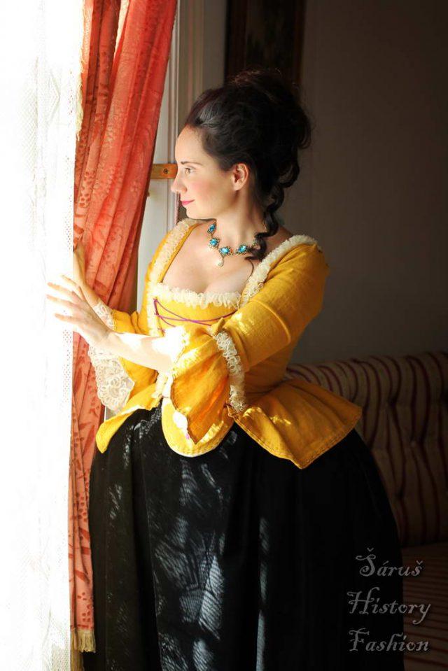 Žluté rokoko šaty